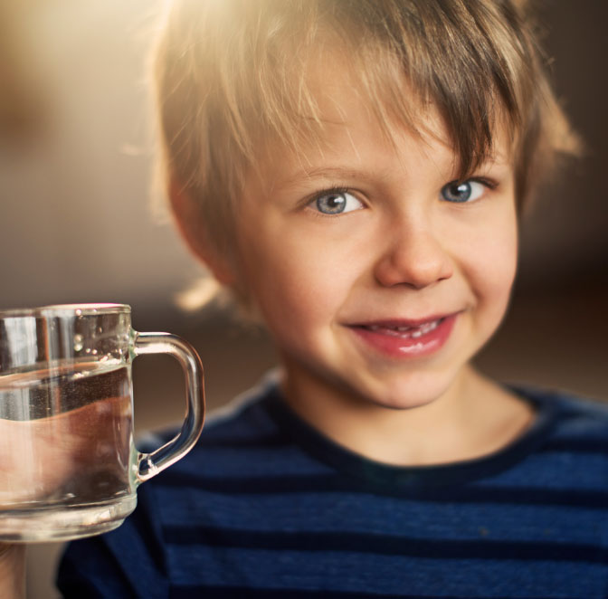 gutt med vannglass