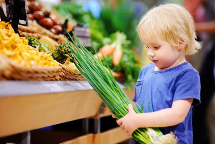 Barn kjøper grønnsaker