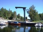 Båtsvingkran i solskinn. Foto.
