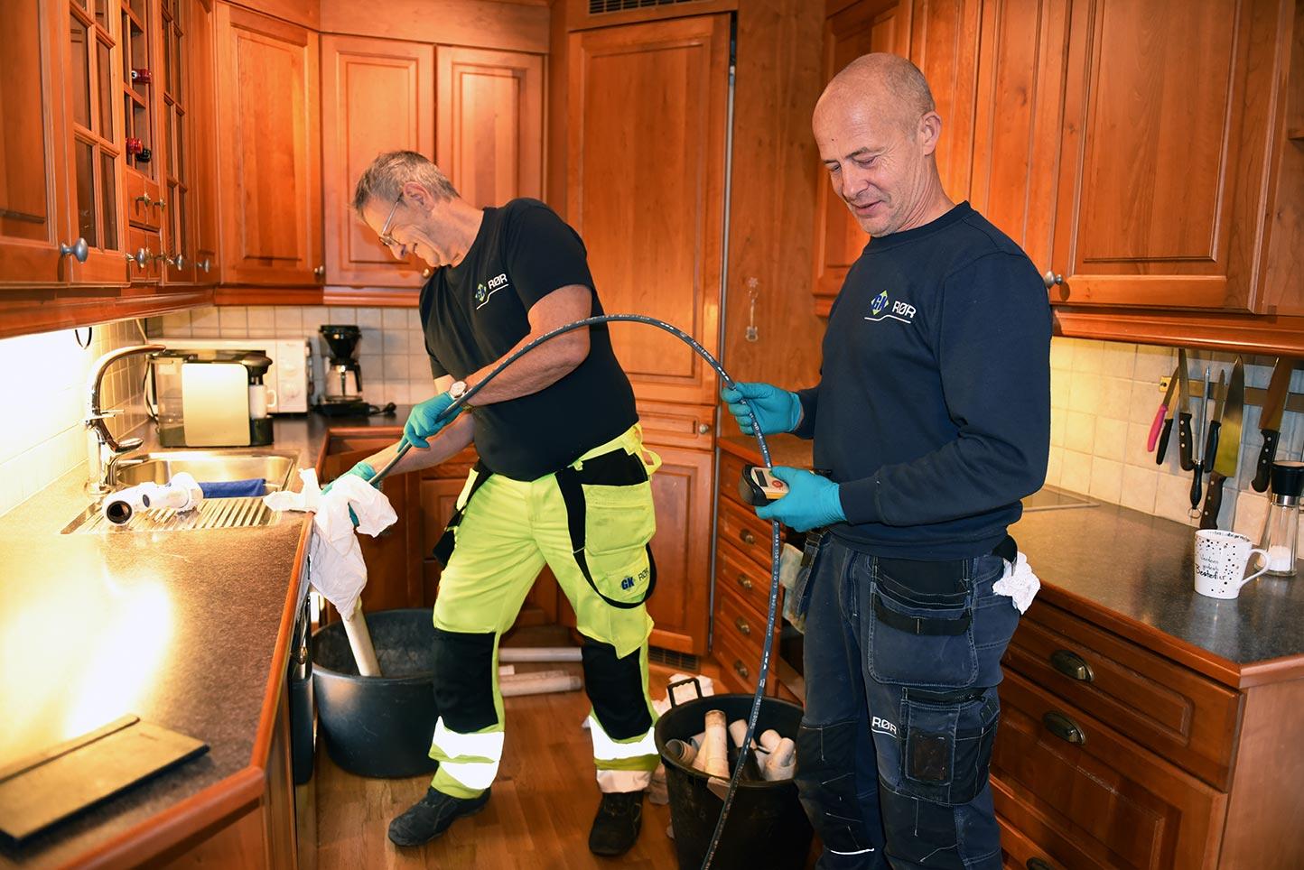 Rørleggere-jobber-på-kjøkkenet_Rørspyling_POS_4233-web.jpg