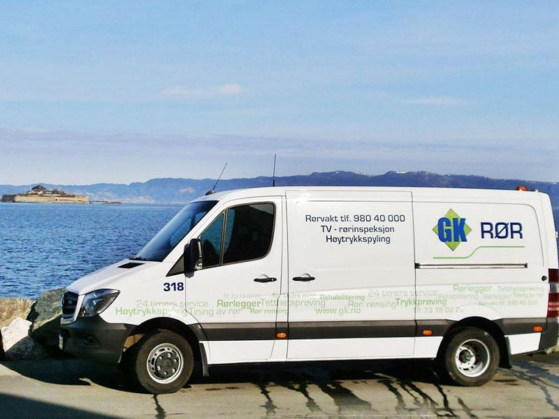 Firmabil ved sjøen