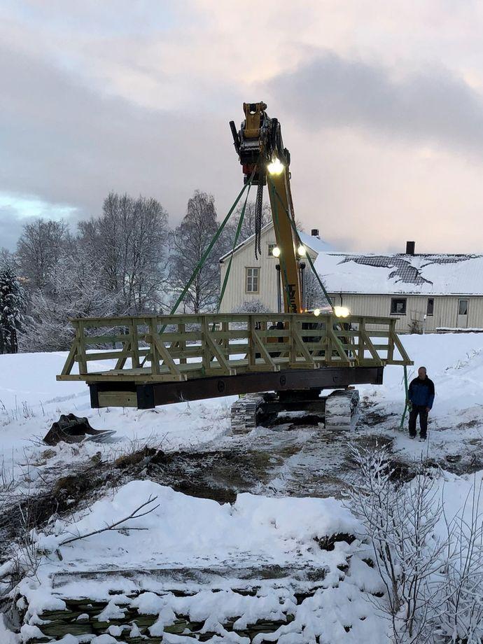 Gangbru levert til Meråker heises med kran
