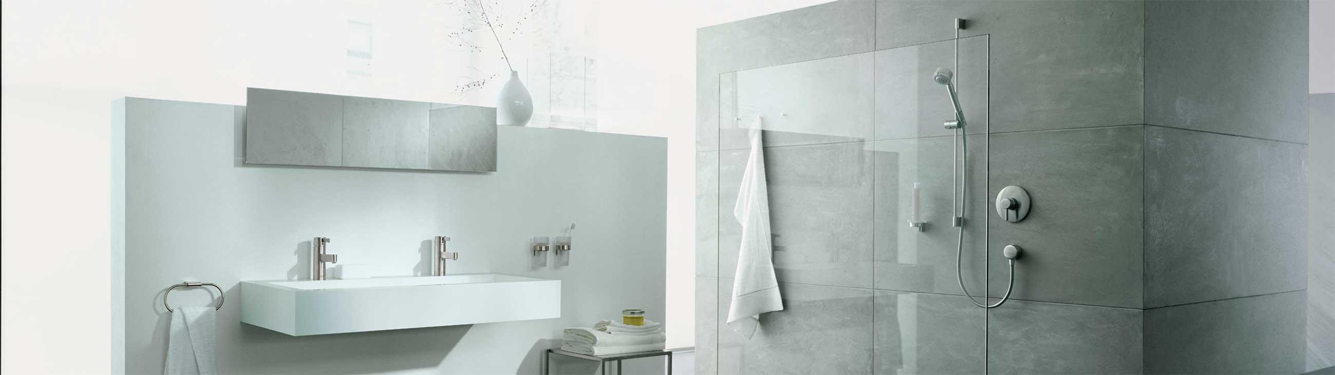 Bilde av baderomsinnredning og dusjvegg