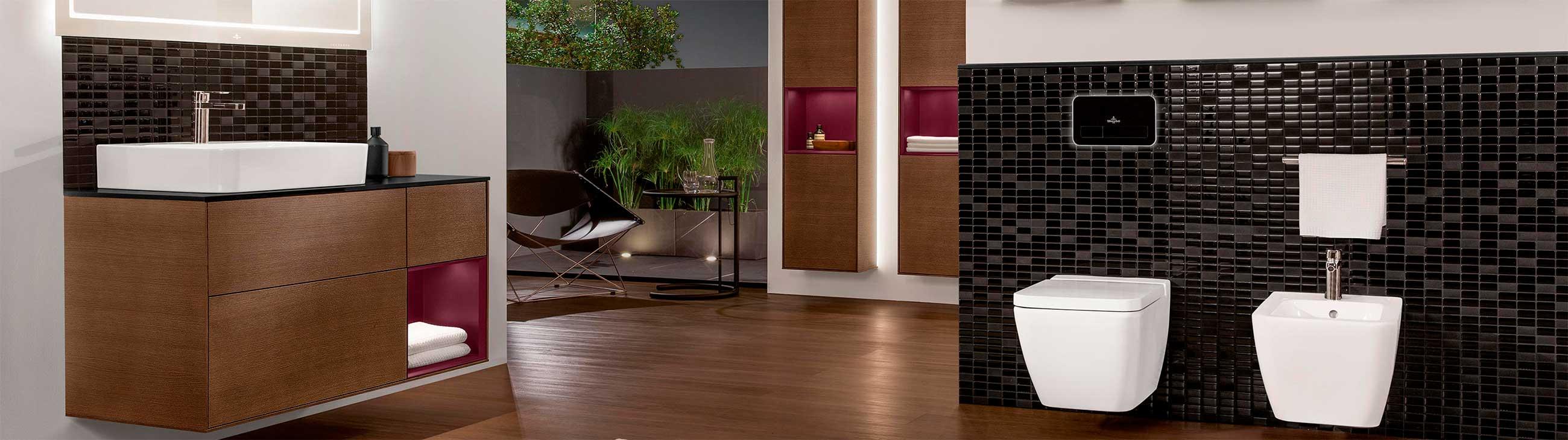 bilde av baderom med vegghengt toalett og moderne baderomsinnredning