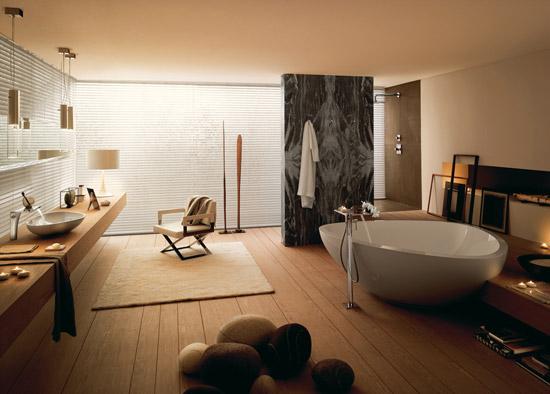 Bilde av stort bad med frittstående badekar og bolleservant