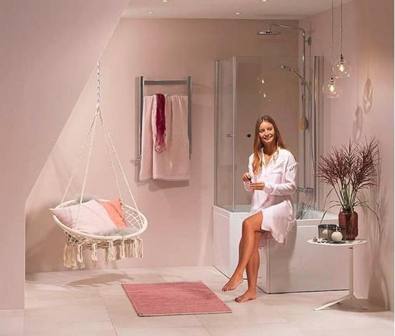 Bilde av et bad med dempede rosafarger