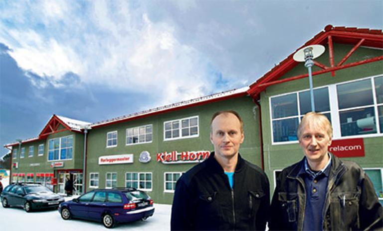 Bilde av Eivind og Kjell Horn foran butikken