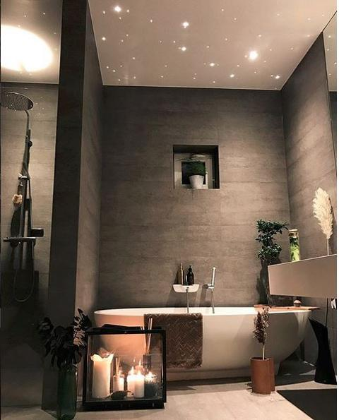 bilde av bad med grå betongvegger og stjernehimmel